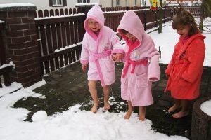Abkühlung nach Saunabesuch im Schnee