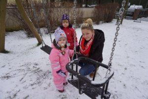 Spielen im Schnee mit Janin